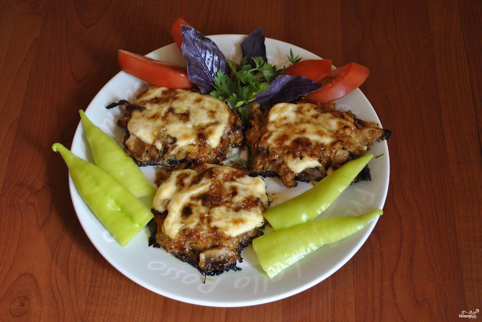 Мясо по-французски со свининой и грибами