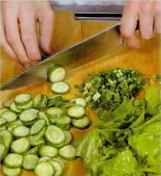 Зелёный салат с орехами и изюмом - фото шаг 2