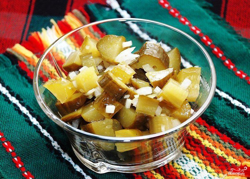 Простой салат с солеными огурцами
