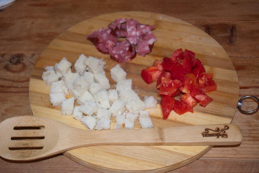 Рецепт Яичница с колбасой и хлебом
