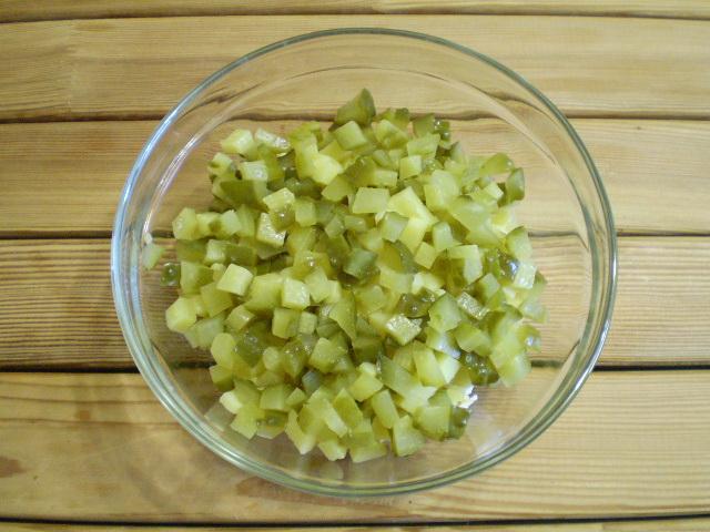 Салат с маринованными огурцами - фото шаг 4