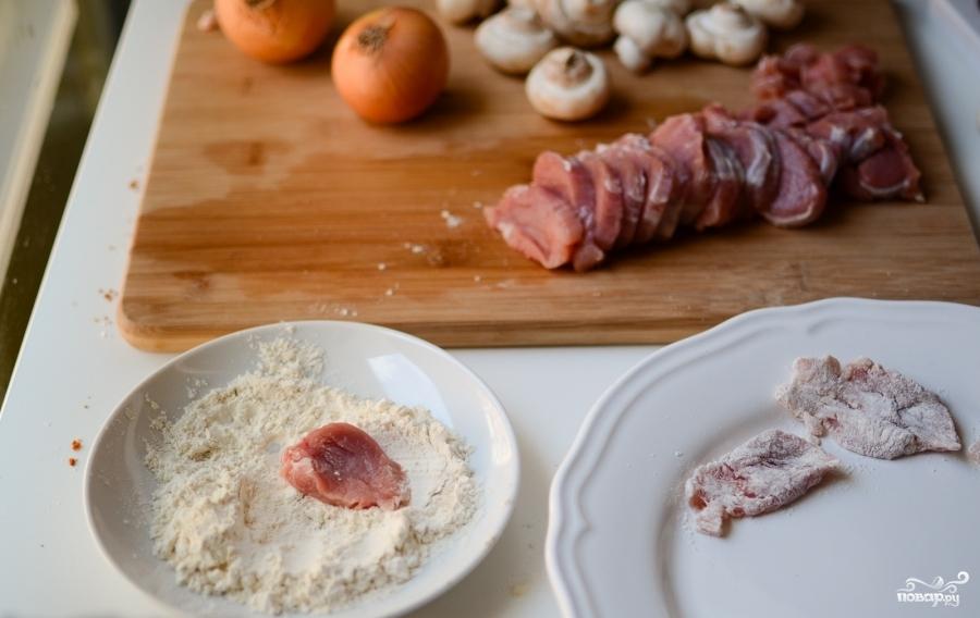 Свинина в грибном соусе - фото шаг 2