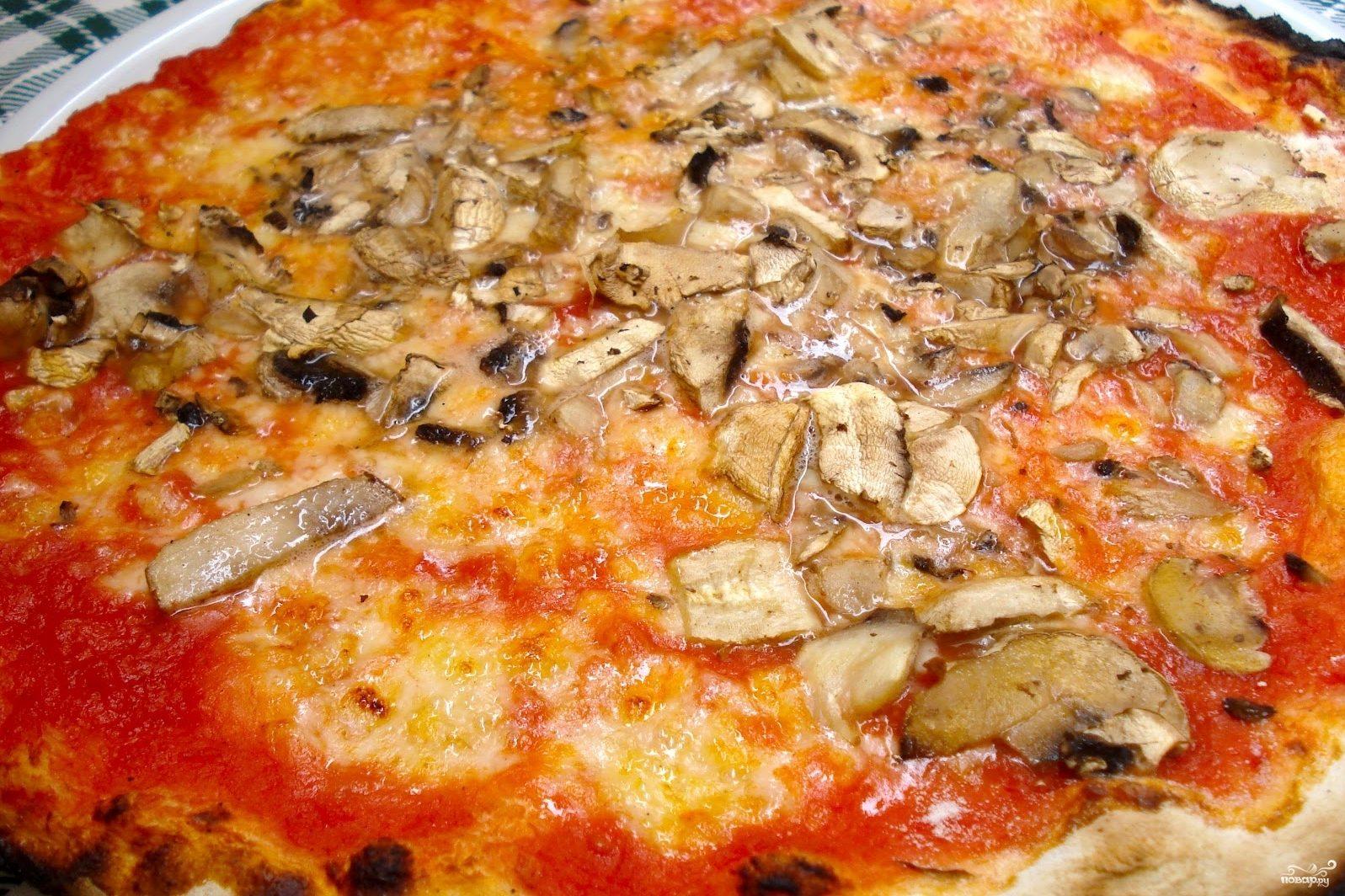 Пицца с грибами и помидорами