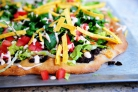 Пицца с кукурузными лепешками, фасолью и сыром