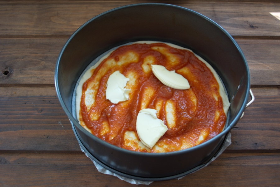 Пицца с шампиньонами, колбасой и сыром - фото шаг 2