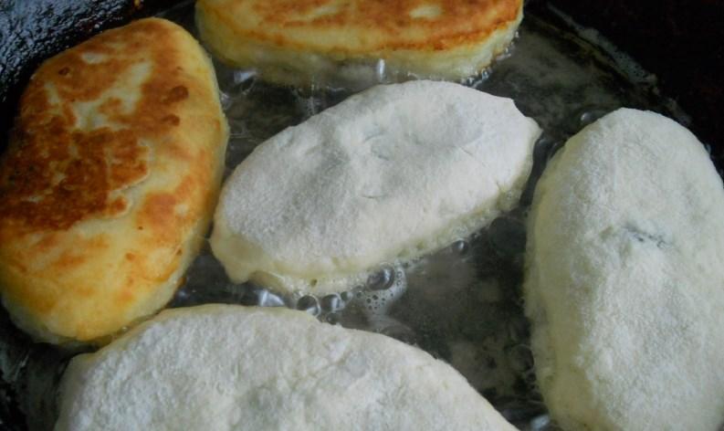 Жареные пирожки из творожного теста - фото шаг 5