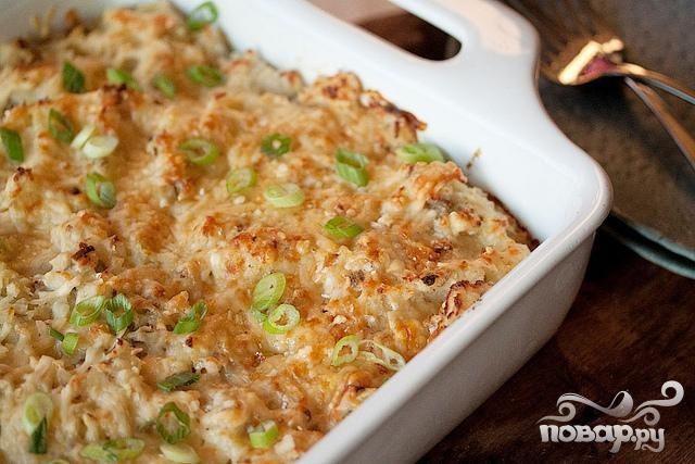 Запеченный картофель с луком, сыром и сметаной