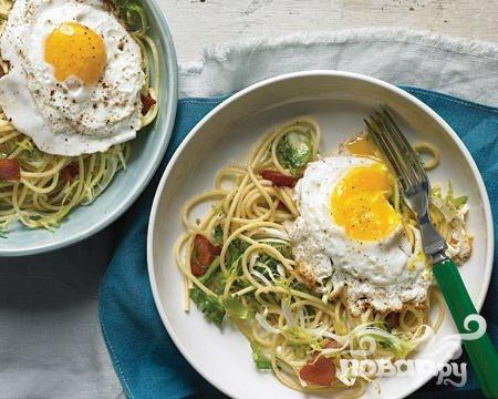 Рецепт Спагетти с салатом и яйцами