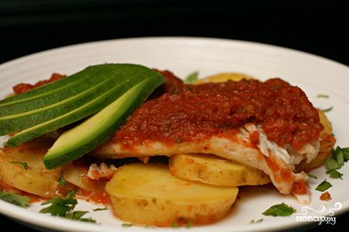 Запеченная рыба с картофелем и томатным соусом - фото шаг 6