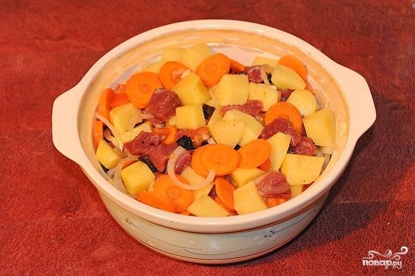 Говядина, тушенная с черносливом и картофелем - фото шаг 6