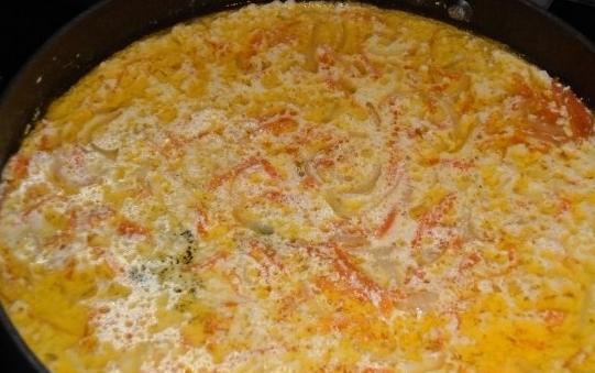 Тушеная рыба в сметанном соусе - фото шаг 4