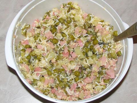 Салат с колбасой и яйцами - фото шаг 9