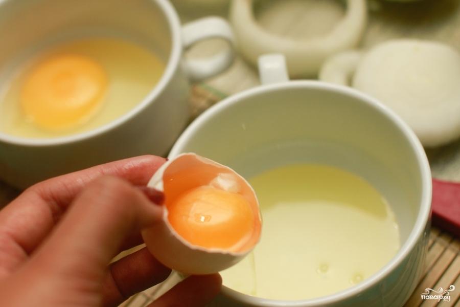 Яйца в луковых кольцах - фото шаг 3