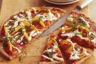 Пицца с моцареллой, болгарским перцем и томатным соусом
