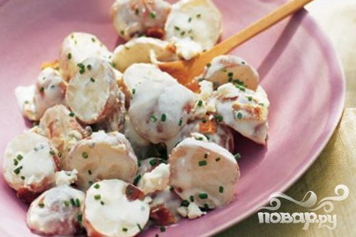 Салат с картофелем, сыром и беконом