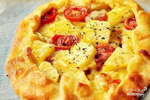 Пирог с ананасами, помидорами и сыром бри