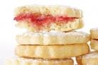 Печенье-сэндвичи с лимонно-малиновой начинкой