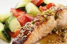 Жареный лосось с морскими гребешками и овощами