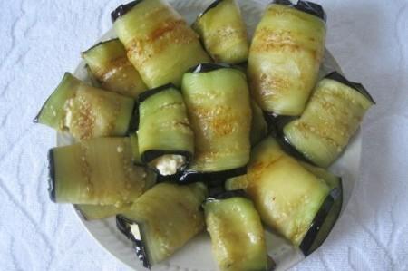 Вкусные рулетики из баклажанов с сыром - фото шаг 7