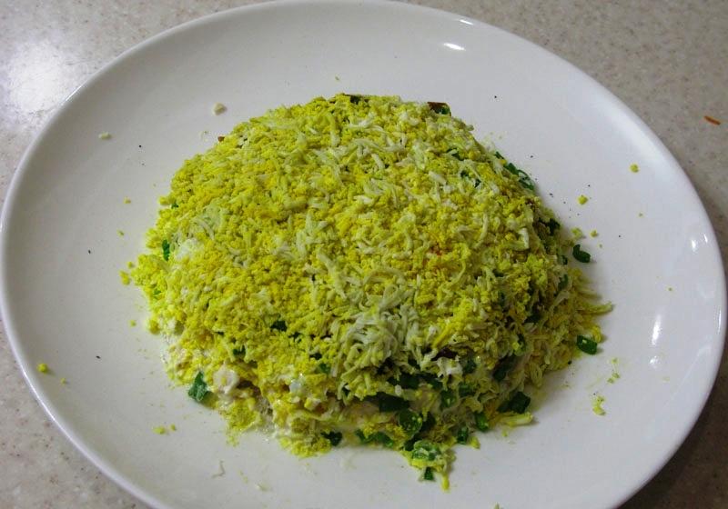 Салат слоеный с маринованными грибами - фото шаг 5