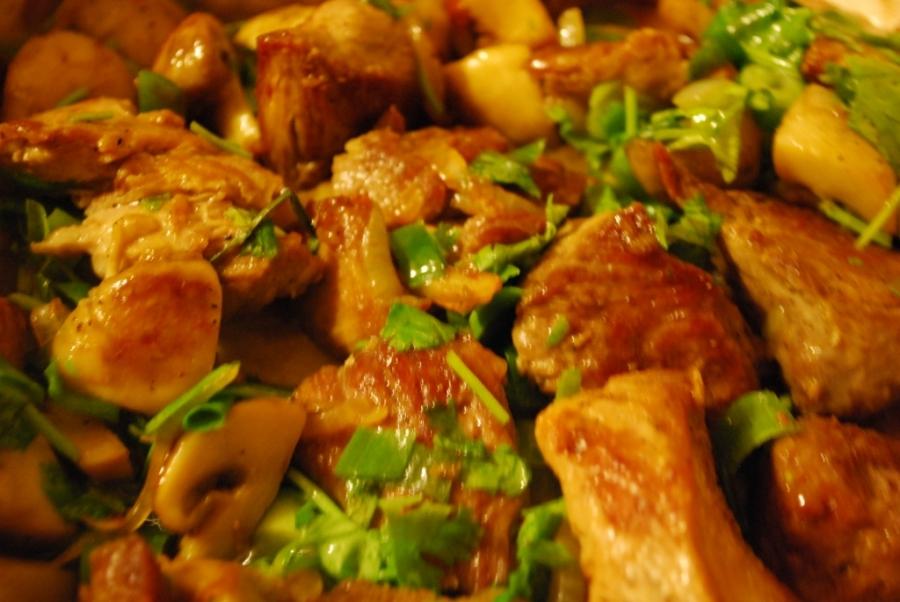 Жареная свинина с грибами - фото шаг 6
