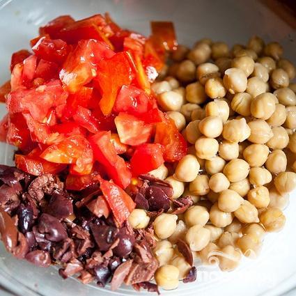 Салат с квиноа, бараньим горохом и помидорами - фото шаг 2