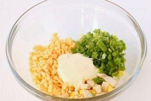Салат из сыра с чесноком - фото шаг 6