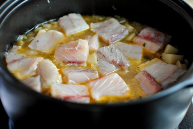 Рыбный суп с гренками - фото шаг 7