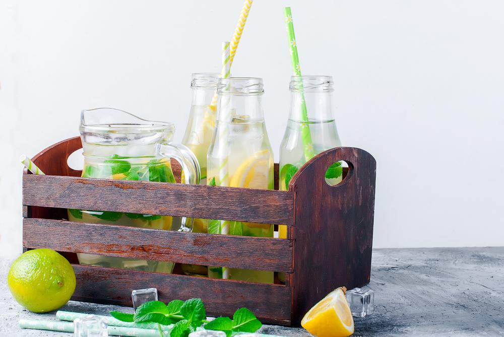 Столовая вода с апельсином, лимоном, мятой и кубиками льда