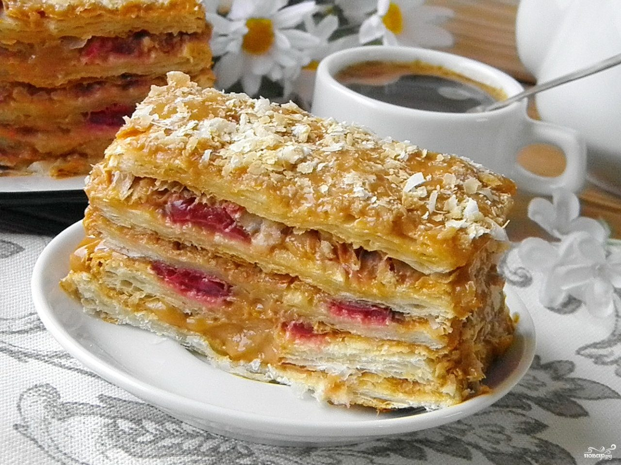 Торт из слоеного теста со сгущенкой