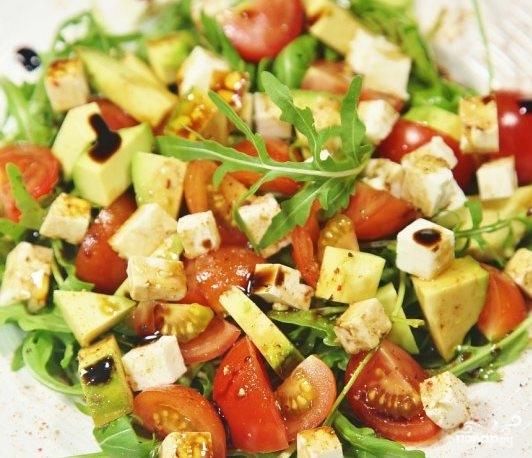 Салат с креветками и помидорами и сыром