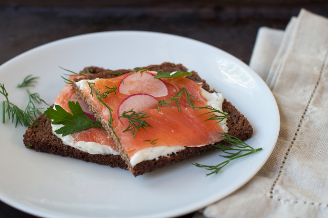 Бутерброды с копченым лососем - фото шаг 6