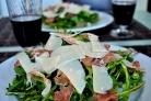 Салат из рукколы, пармезана и пармской ветчины