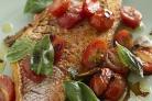 Морская рыба с томатами и зеленью