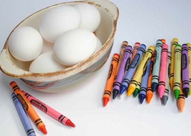 Яйца, крашенные восковыми мелками - фото шаг 1