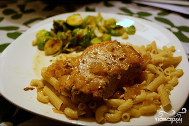 Рецепт Свиные отбивные в винном соусе с луком