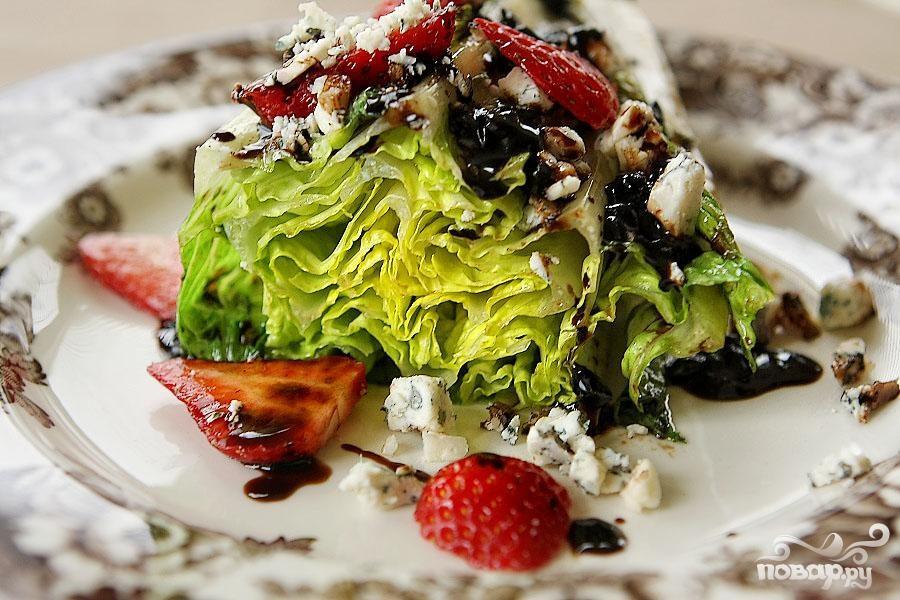 Салат на гриле с сыром и клубникой