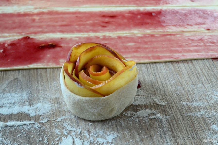 Розы из яблок к чаю - фото шаг 7