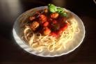 Спагетти с фрикадельками и листовой свеклой