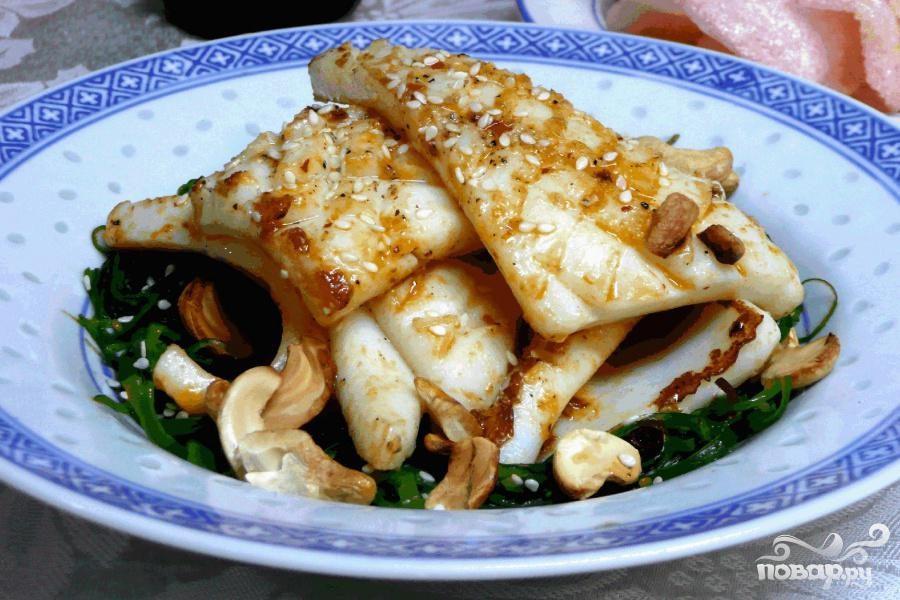Кальмар с салатом Вакамэ