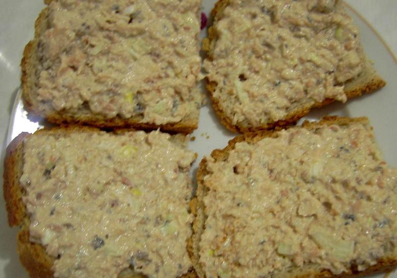 Бутерброды с паштетом и огурцом - фото шаг 4