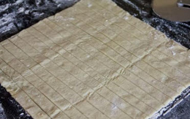 Розочки из слоеного бездрожжевого теста - фото шаг 2
