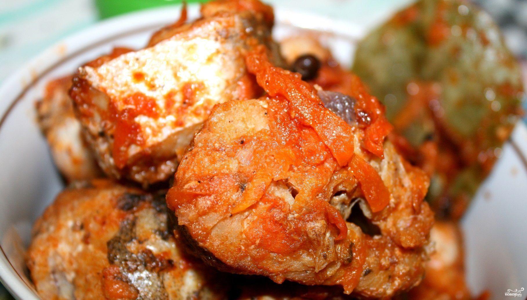 Тушеная рыба в сковороде