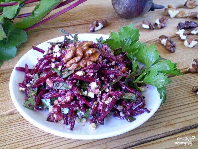Сыроедческий салат из свеклы