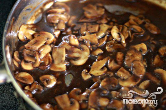 Стейк с грибным соусом и сливочным шпинатом - фото шаг 10