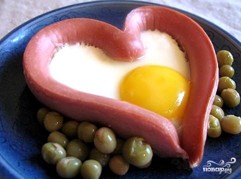 Яичница в сосиске сердечком