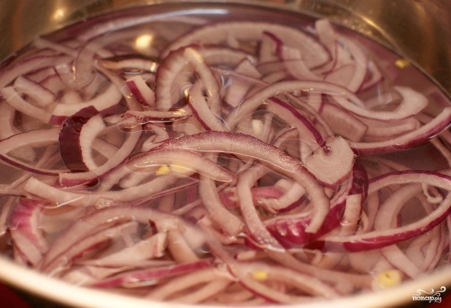 Салат с красным луком и помидорами - фото шаг 1
