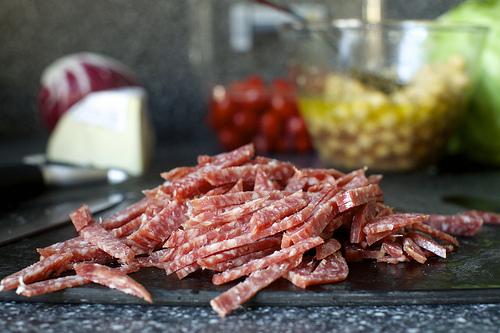 Салат с нутом и колбасой - фото шаг 4