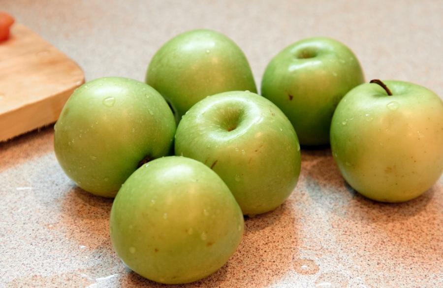Шарлотка с орехами и яблоками - фото шаг 1
