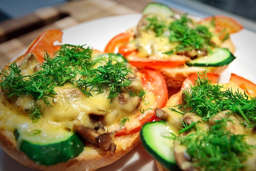 После этого нам остается только украсить их свежей зеленью и подать бутерброды к столу. Приятного всем аппетита!